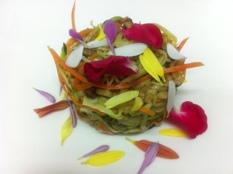 la ricetta della domenica | farro e verdurine saltate con salsa tamari e fiori