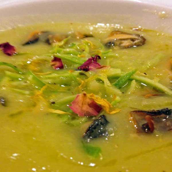 la ricetta della domenica | vellutata di porri, cozze e zucchine al limone